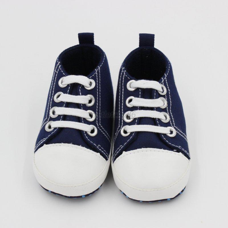 Las-zapatillas-suaves-de-los-zapatos-del-pesebre-de-las-muchachas-de-los-bebes
